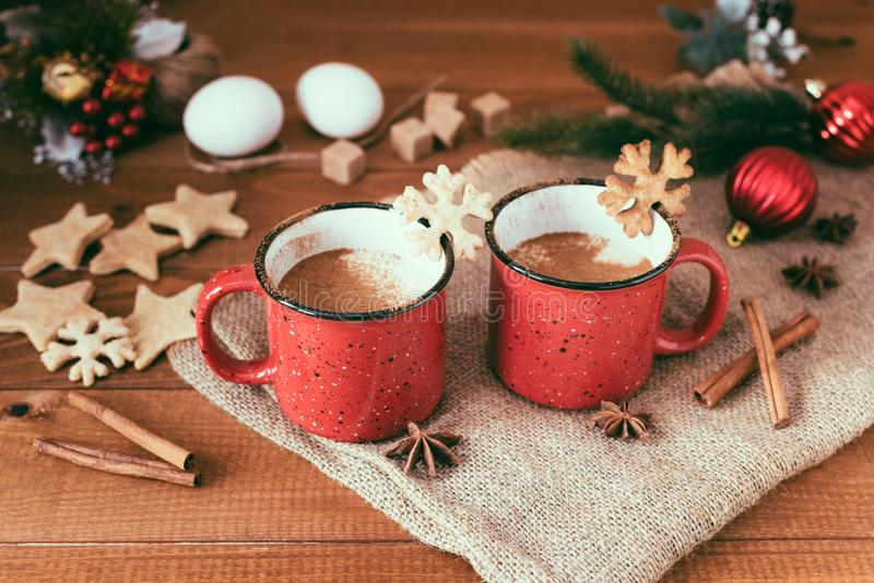 Lait de poule traditionnel de boissons de Noël avec de la cannelle, étoiles d'anis photo libre de droits