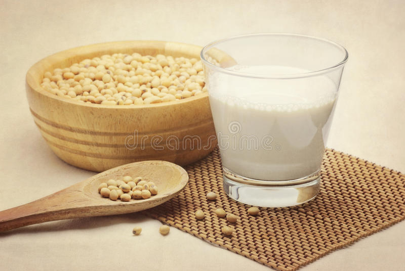 Lait de soja avec des haricots photo stock