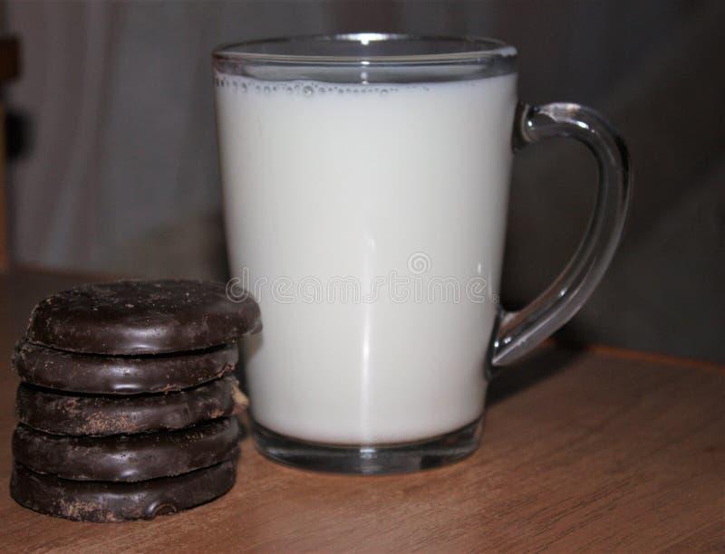 Lait et biscuits image stock