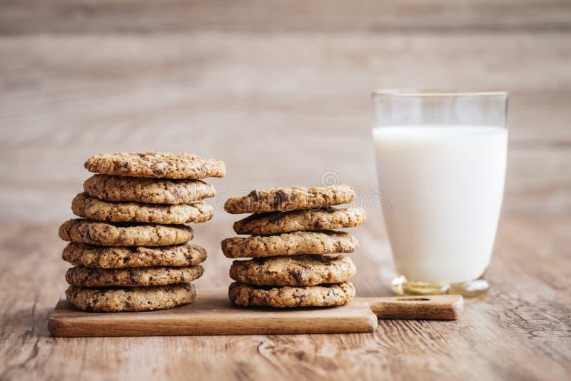 Lait et biscuits, faits maison avec des puces de chocolat photos stock