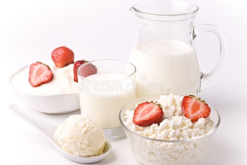 Lait et fraises image stock
