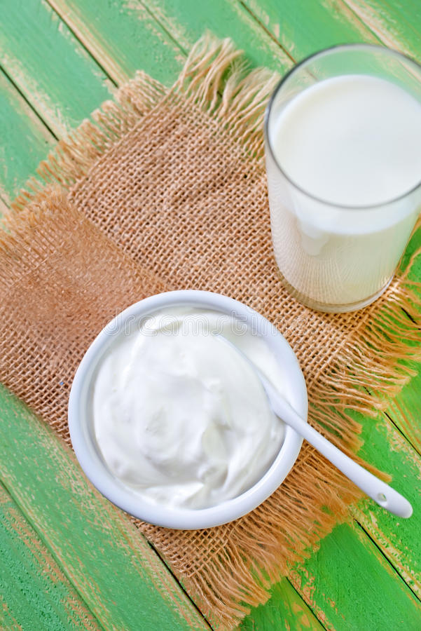 Lait et yaourt images stock
