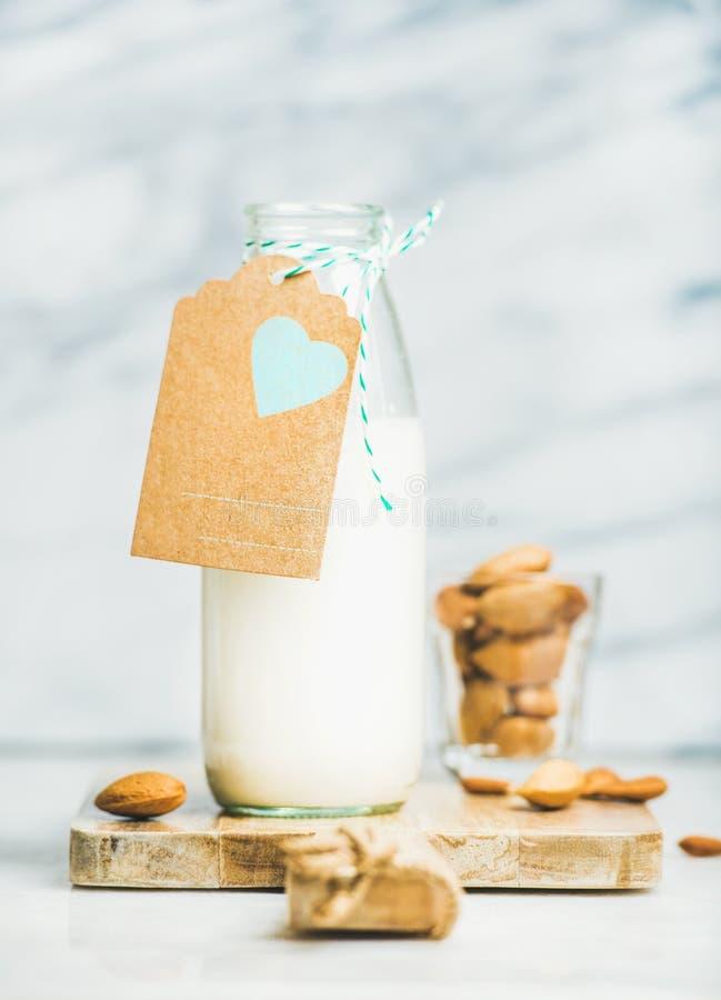 Lait laiterie-gratuit d'amande de vegan frais dans la bouteille avec le label de métier image stock