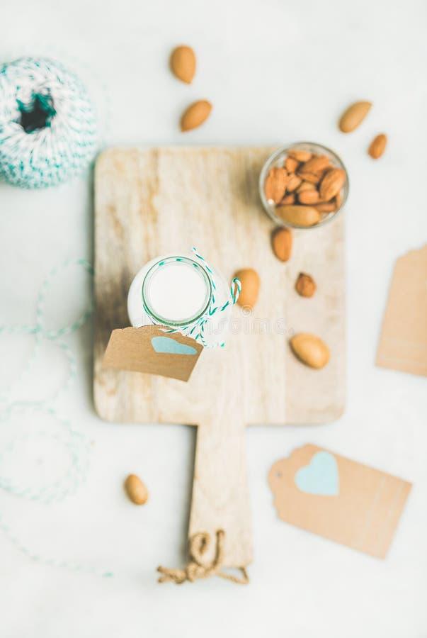 Lait laiterie-gratuit végétarien frais d'amande dans la bouteille, vue supérieure images stock