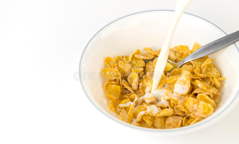 Lait se renversant dans la céréale de petit déjeuner de flocon d'avoine image stock