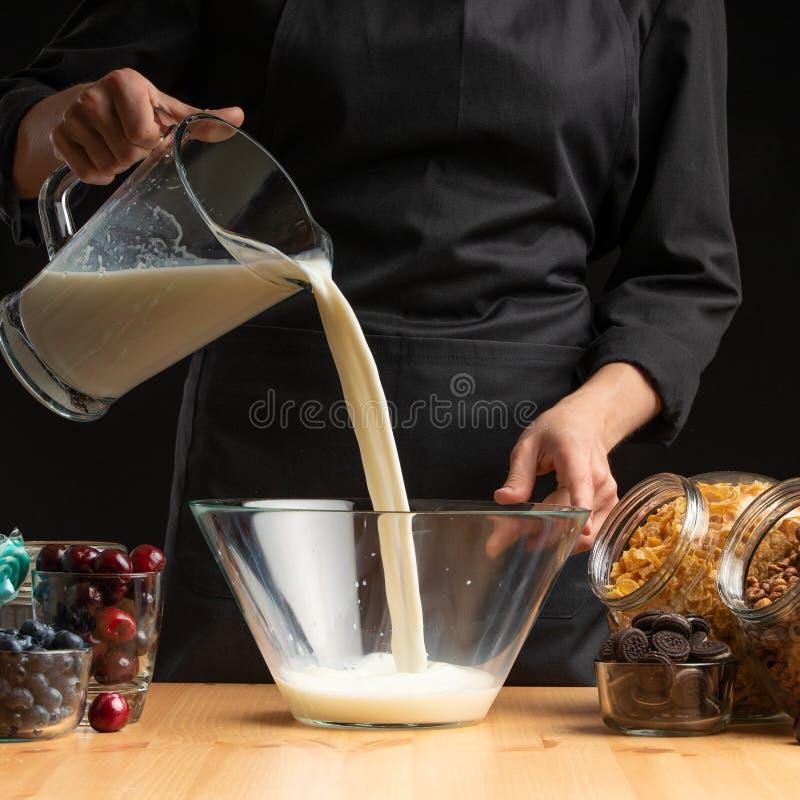 Lait se renversant dans le petit déjeuner, gelant dans le mouvement Cuisson des céréales de petit déjeuner, granules, céréales de photos stock
