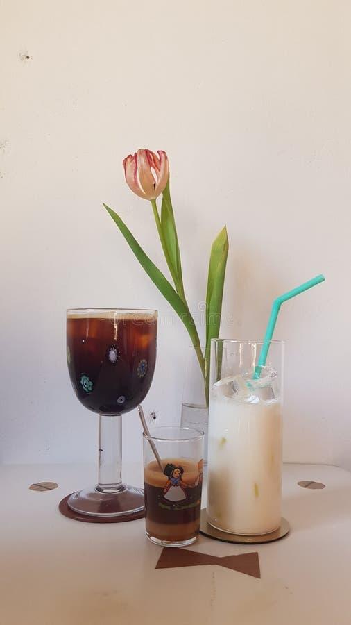 Lait simple de latte de café d'endroit de fleurs artificielles photo libre de droits