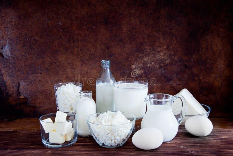 Laitages naturels et oeufs blancs de poulet photos stock
