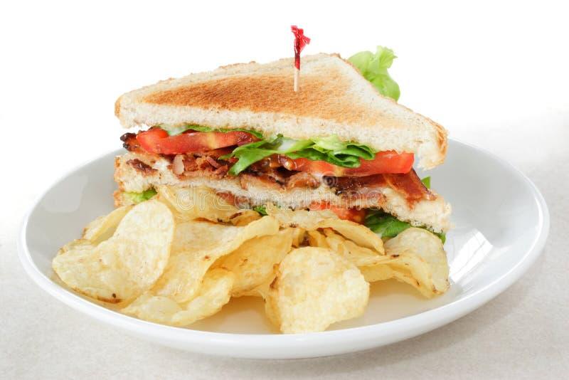 Laitue de lard et sandwich à tomate avec des pommes chips photos stock