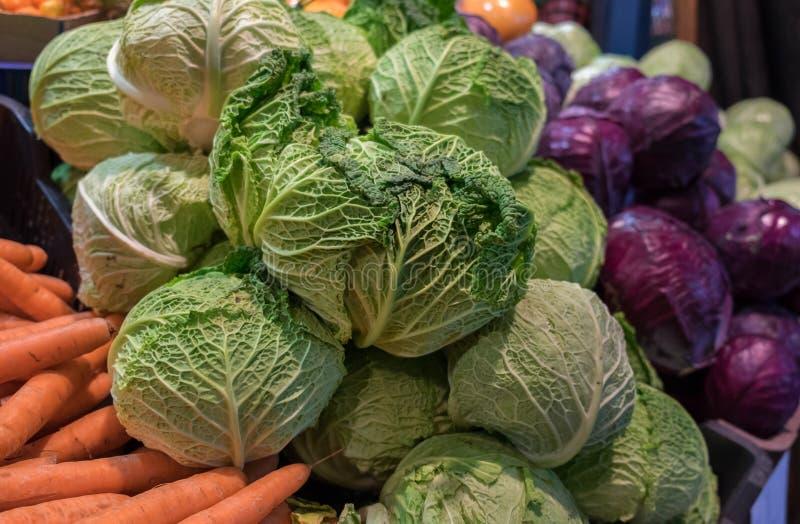 Laitue et d'autres légumes à vendre à au grand marché Hall image stock