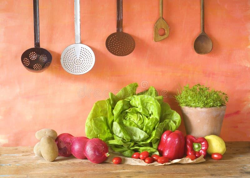 Laitue, légumes et vieux ustensiles de cuisine photo stock
