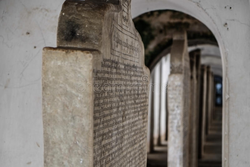 Lajes de pedra em Sanda Muni Buddhist Temple foto de stock
