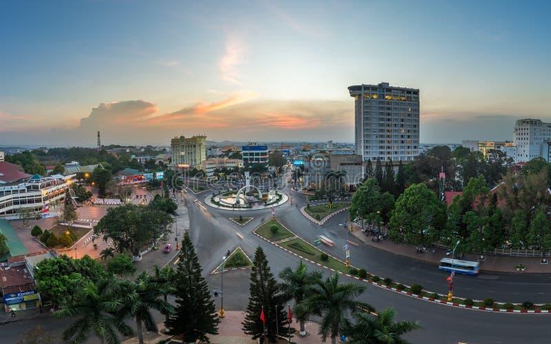 LAK Dak, Βιετνάμ - 12 Μαρτίου 2017: Εναέρια άποψη οριζόντων Buon μΑ Thuot Buon εγώ Thuot μέχρι την περίοδο ηλιοβασιλέματος, το κε στοκ εικόνα