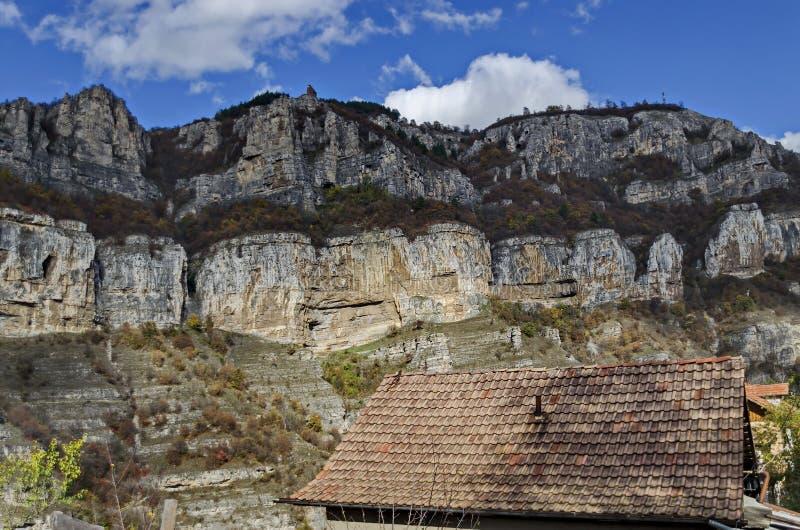 Lakatnik-Kalkstein schaukelt durch Iskar-Flussschlucht in Balkan-Berg stockbild