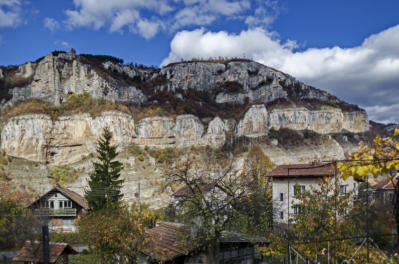 Lakatnik-Kalkstein schaukelt durch Iskar-Flussschlucht in Balkan-Berg lizenzfreie stockfotografie
