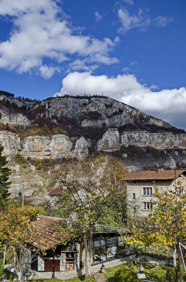 Lakatnik-Kalkstein schaukelt durch Iskar-Flussschlucht in Balkan-Berg stockfotografie