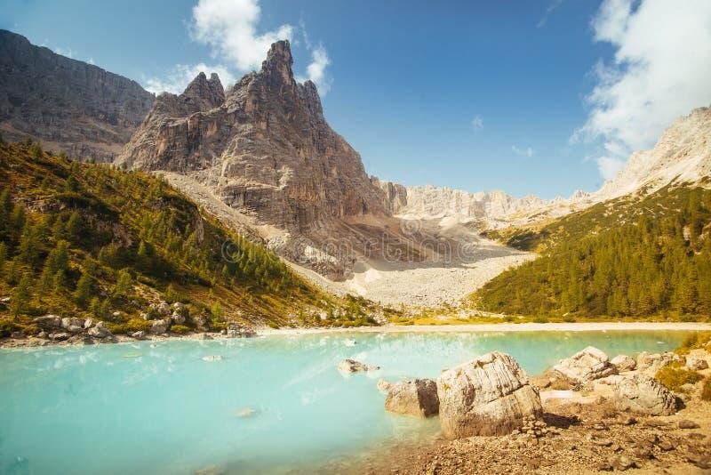 Lake拉戈di Sorapis,白云岩,有天空蔚蓝、天蓝色的水和高山的意大利 库存照片