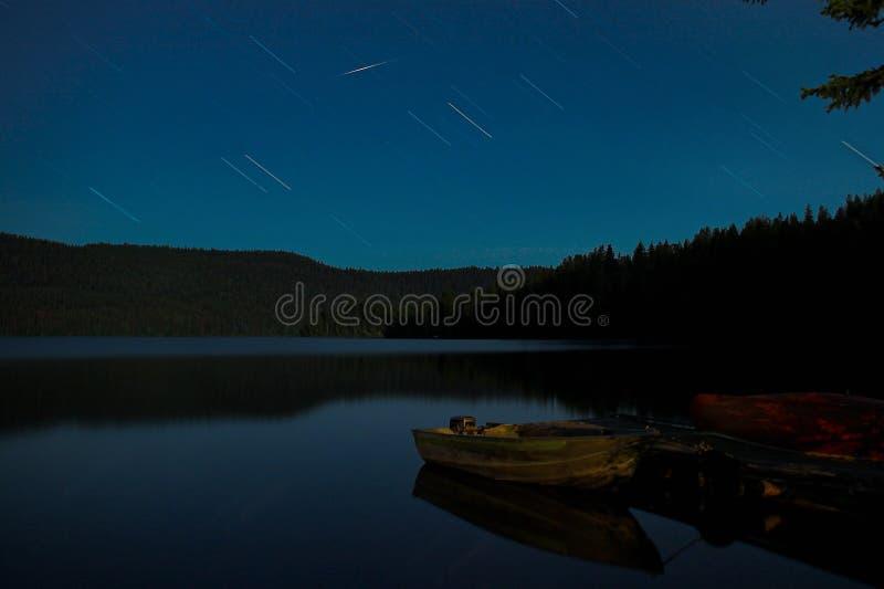 lake över stjärnatrails royaltyfri fotografi