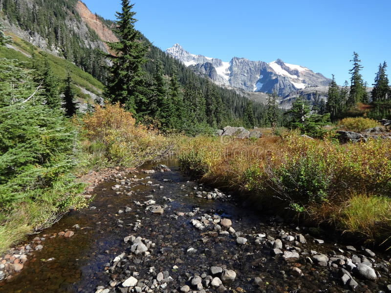Lake Ann trail with a view of Mt. Shuksan stock image