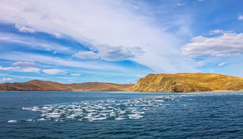 Lake Baikal i vår Sikten av isdrivan i det lilla havet från det kust- vaggar royaltyfria foton