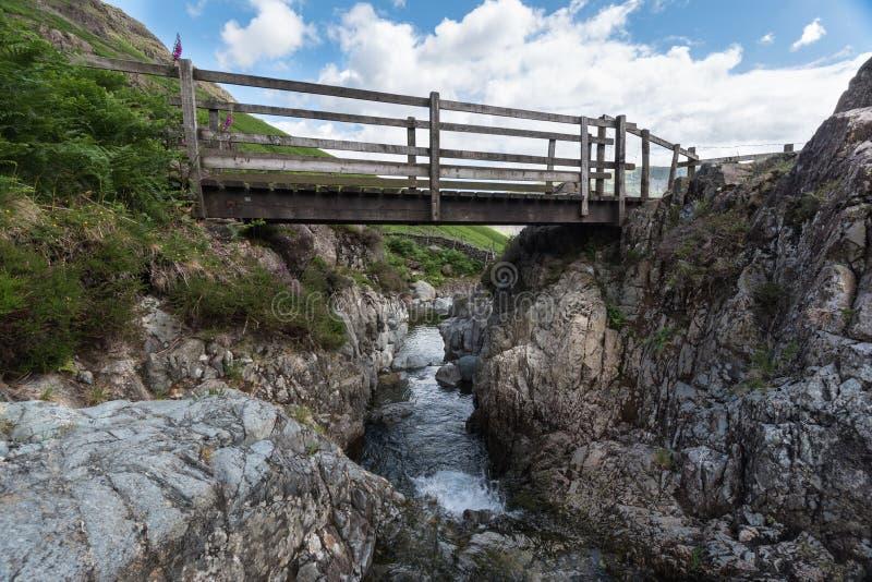 Lake District Bridge i Yewbarrow Montain royaltyfri foto