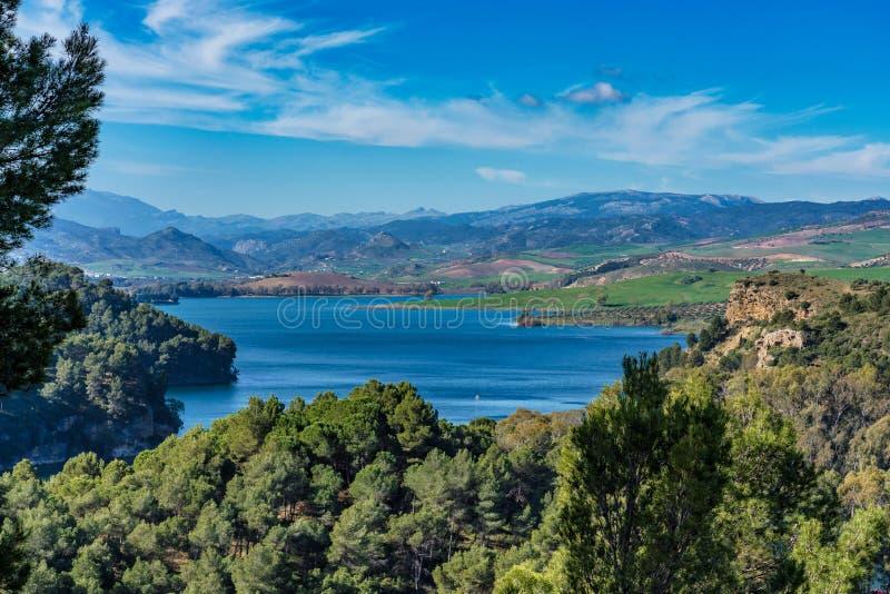 Lake Embalse del Guadalhorce, Ardales Reservoir, Malaga, Andalusia, Spanje royalty-vrije stock afbeelding