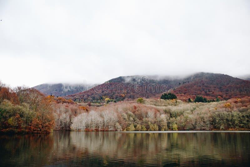 Lake i bergligganden arkivfoto