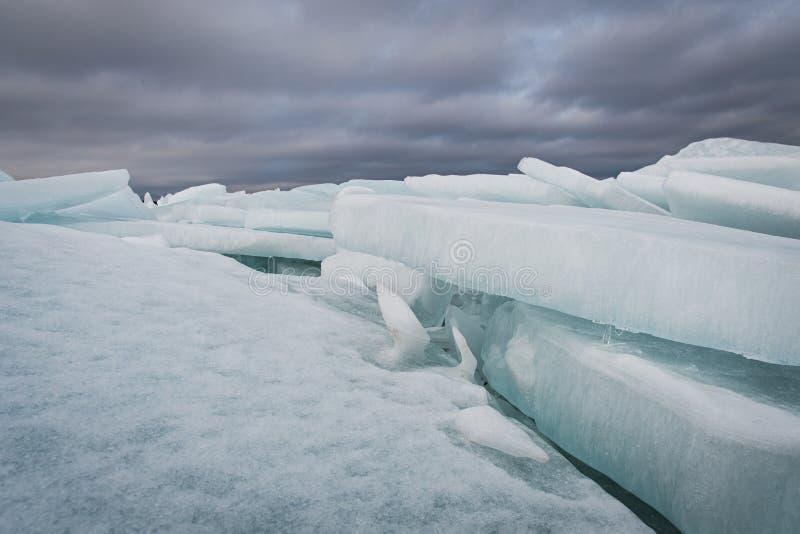 Lake Ladoga i vinter Iskvarteren royaltyfria foton
