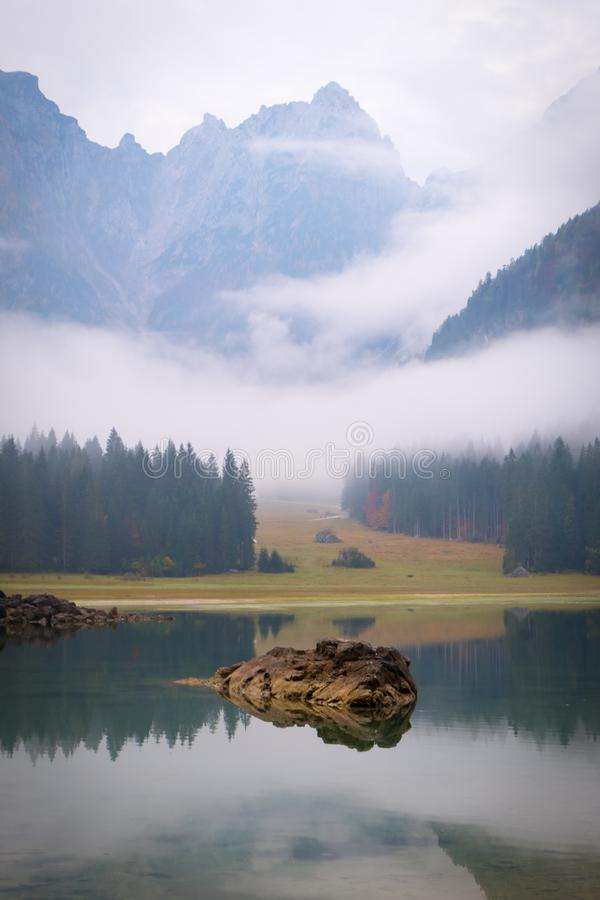 Lake Laghi di Fusine en mañana de niebla con la montaña Mangart imágenes de archivo libres de regalías