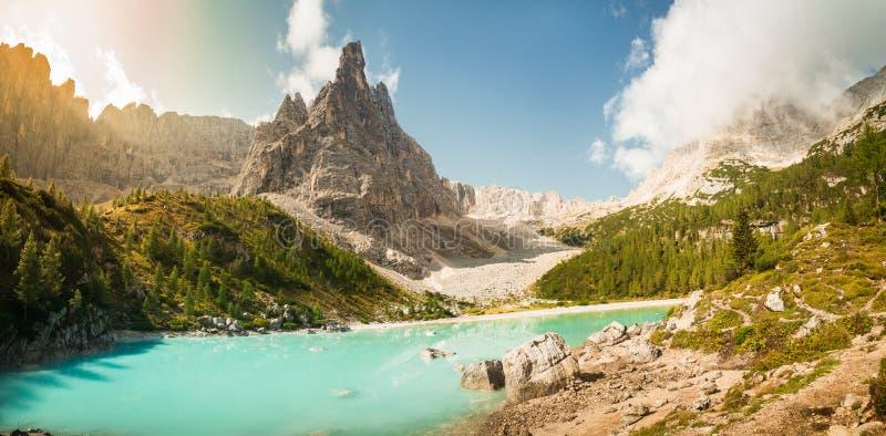 Lake Lago Di Sorapis, Dolomiet, Itali? met blauwe hemel, azuurblauw water en hooggebergte stock afbeelding