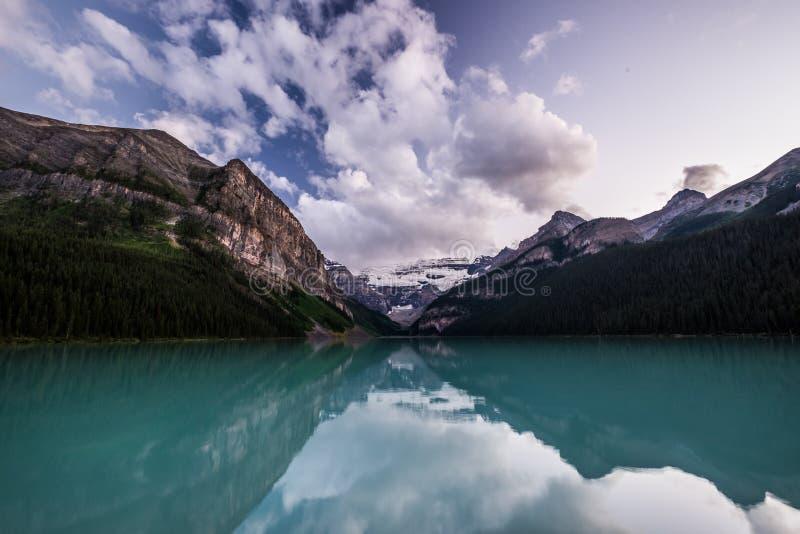 Lake Louise au coucher du soleil en parc national de Banff, Canada image libre de droits