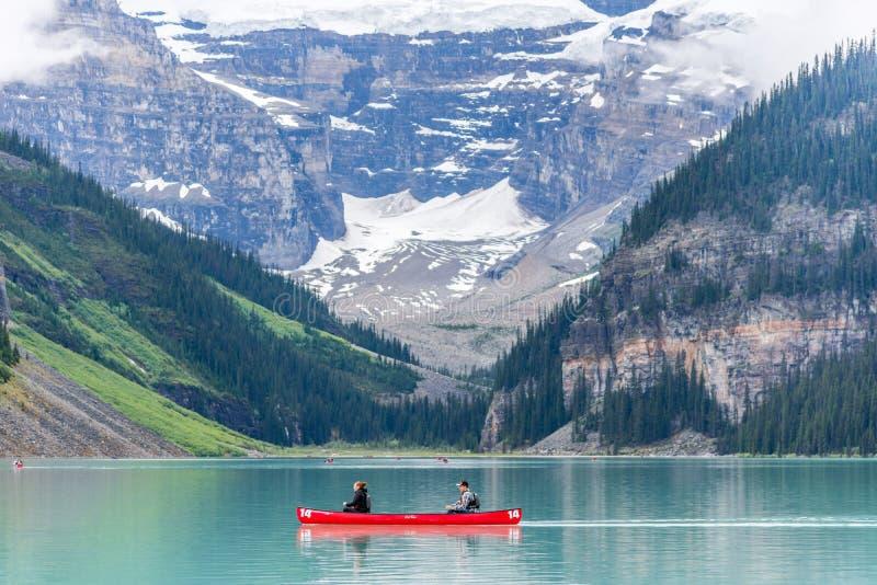 Lake Louise che l'ambiente incontaminato è deve vedere per i turisti fotografie stock