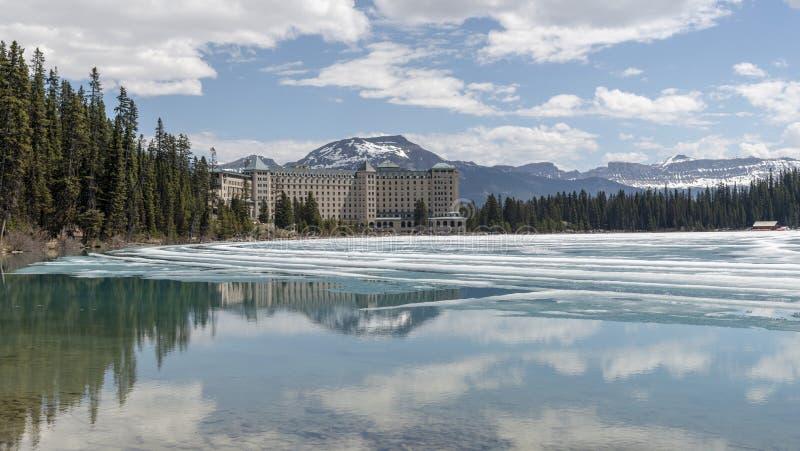 Lake Louise che mostra l'hotel impressionante di Fairmont fotografia stock