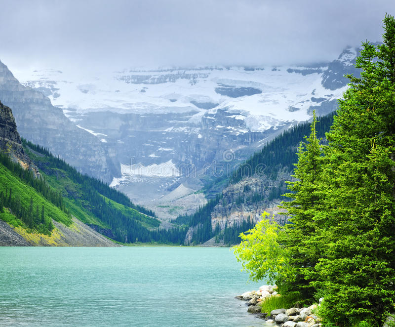 Lake Louise com montanhas foto de stock royalty free