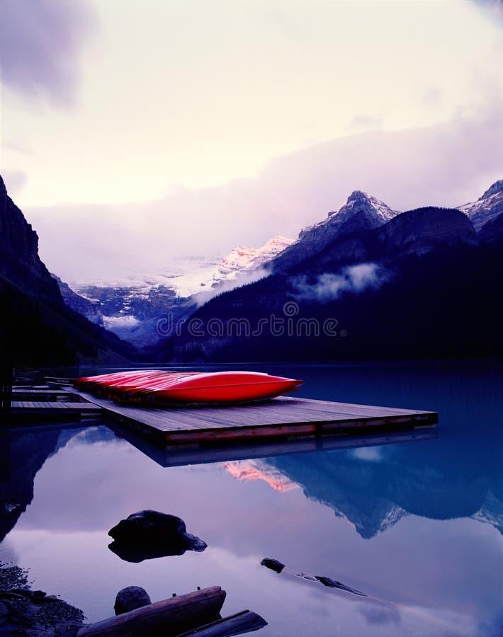 Lake Louise an der Dämmerung stockfotografie
