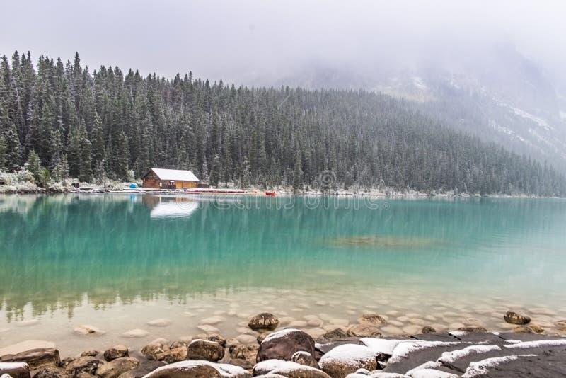 Lake Louise an einem schneebedeckten Tag lizenzfreie stockfotografie