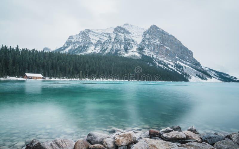 Lake Louise está congelando lentamente encima en la caída imagen de archivo