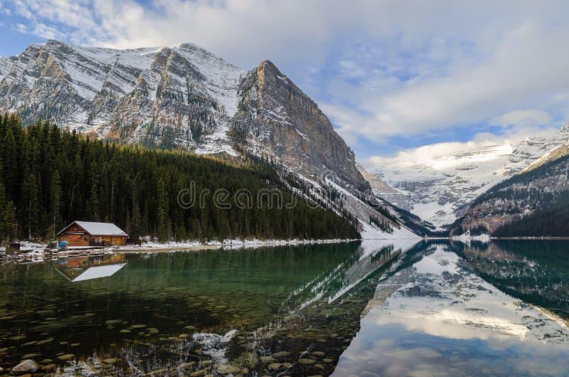 Lake Louise med reflexionen för stenigt berg i den Banff nationalparken, Kanada arkivbild