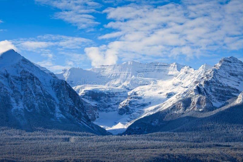 Lake Louise in Nationalpark Banffs im Winter stockbilder