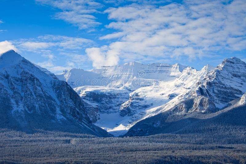 Lake Louise nel parco nazionale di Banff nell'inverno immagini stock