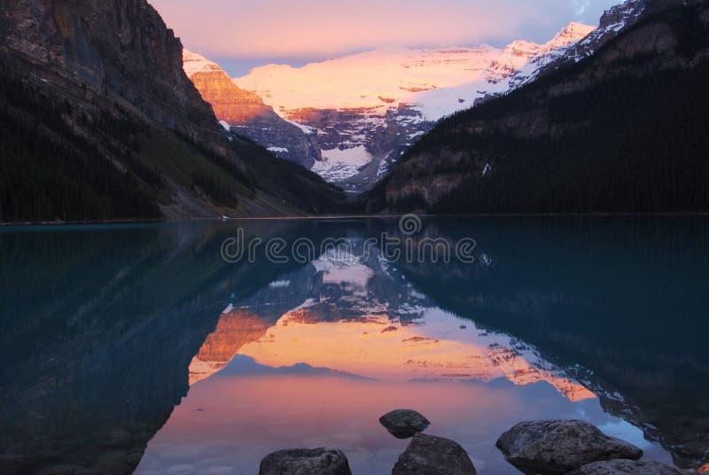 Lake Louise no nascer do sol imagens de stock royalty free