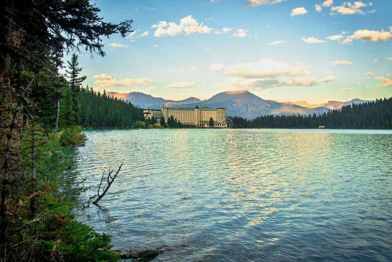 Lake Louise och Fairmont Chateauhotell i Rocky Mountains royaltyfria foton