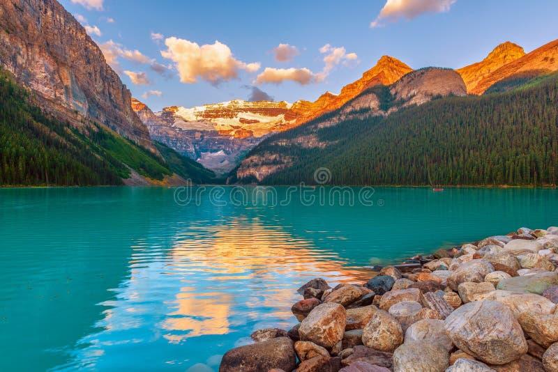 Lake Louise på solnedgången Banff nationalpark albertan Kanada arkivfoton
