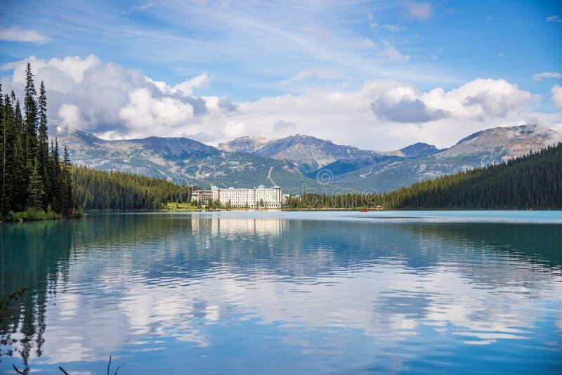 Lake Louise som den ursprungliga miljön är, måste se för turister arkivbild