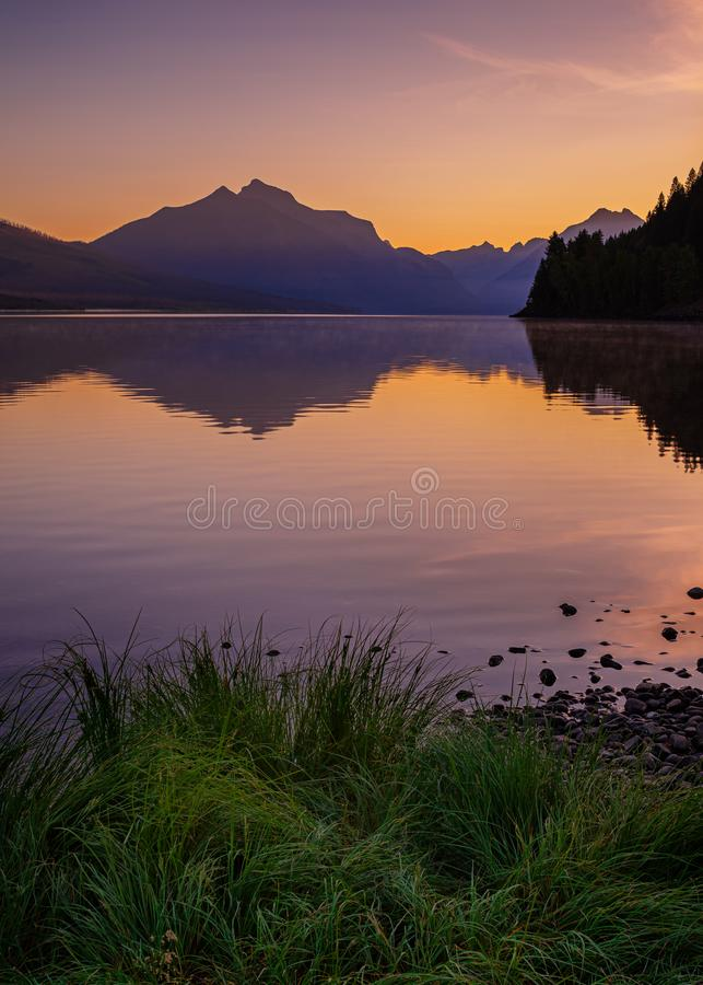 Lake Macdonald im Glacier Nationalpark bei Sonnenaufgang lizenzfreie stockfotos