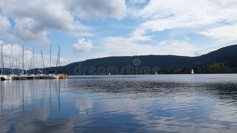 Lake med fartyg fotografering för bildbyråer