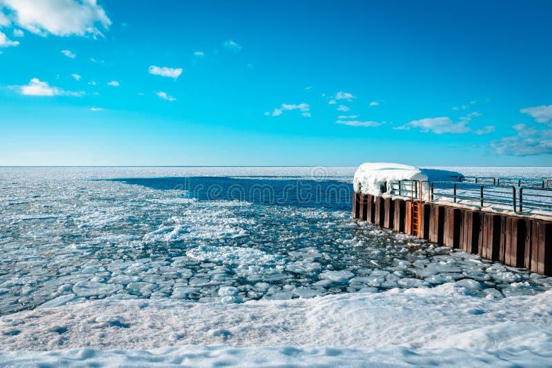 Lake Michigan som över frysas under vintern som väntar för att töa ut fotografering för bildbyråer