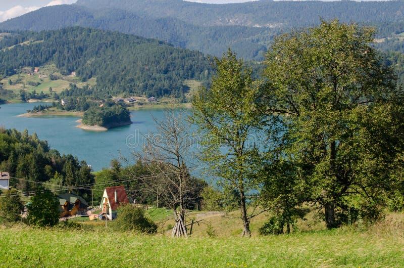 lake nära by arkivbild