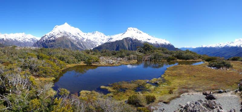 Lake och berg royaltyfri bild