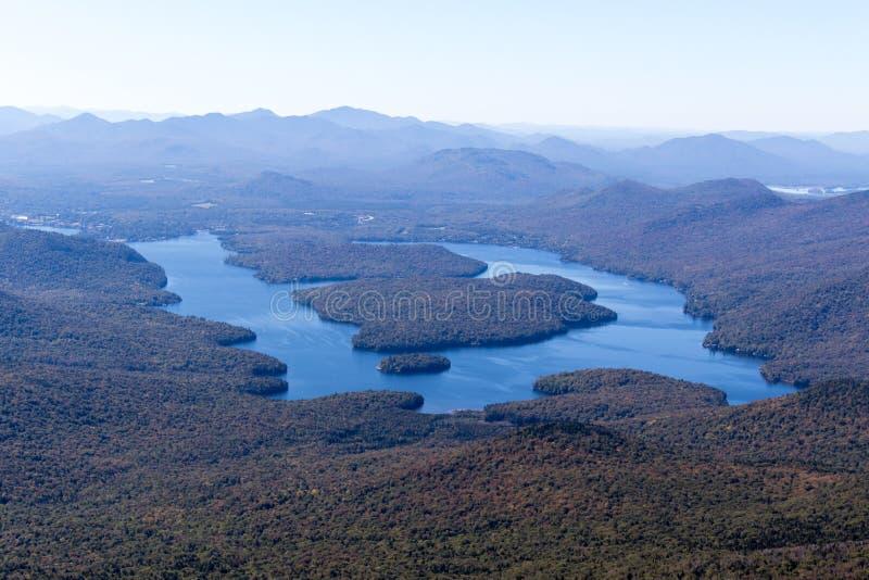 Lake Placid come visto dalla montagna di Whiteface nel Adirondacks Upstate di NY fotografie stock
